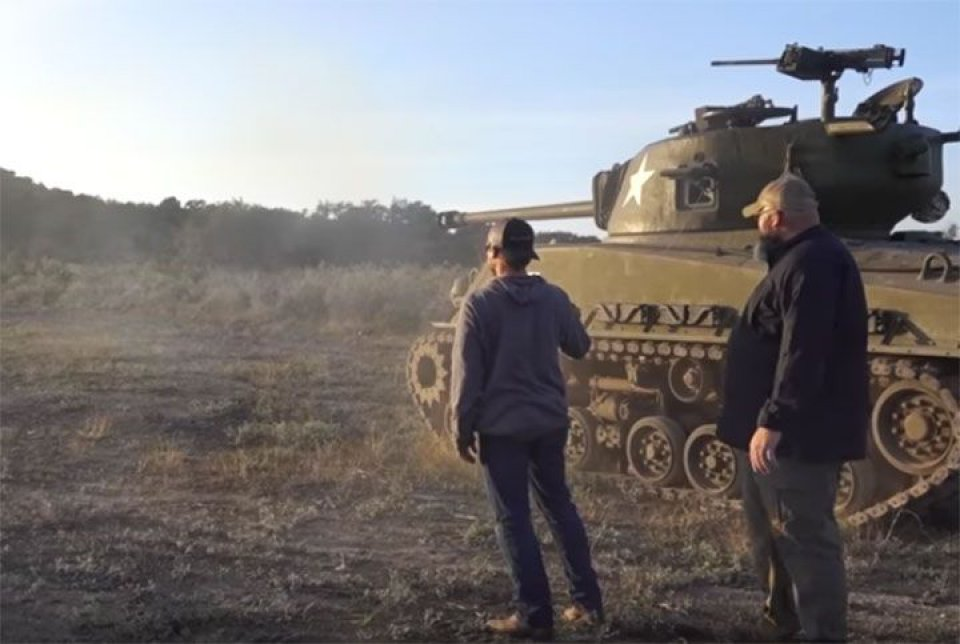 imagen de [Vídeo] Demolition Ranch destruye un coche con un carro de combate Sherman M4