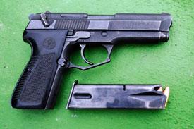 2f5ab3b3698 Un total de diez pistolas como estas se sustrajeron el pasado 28 de febrero  de 2011 en el Regimiento de Infantería Mecanizada Castilla 16