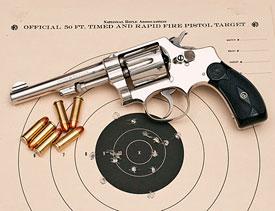 Calibre: .32. Estrías: 5 estrías dextrógiras. Capacidad: 6 disparos. Vel.  Sal.: 244 m/s. Revólver Colt police positive